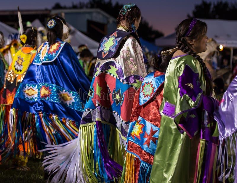 Θηλυκοί pow-wow χορευτές στοκ εικόνα