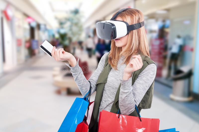 Θηλυκός αγοραστής που δοκιμάζει το βίντεο εξοπλισμού εικονικής πραγματικότητας στοκ εικόνες με δικαίωμα ελεύθερης χρήσης
