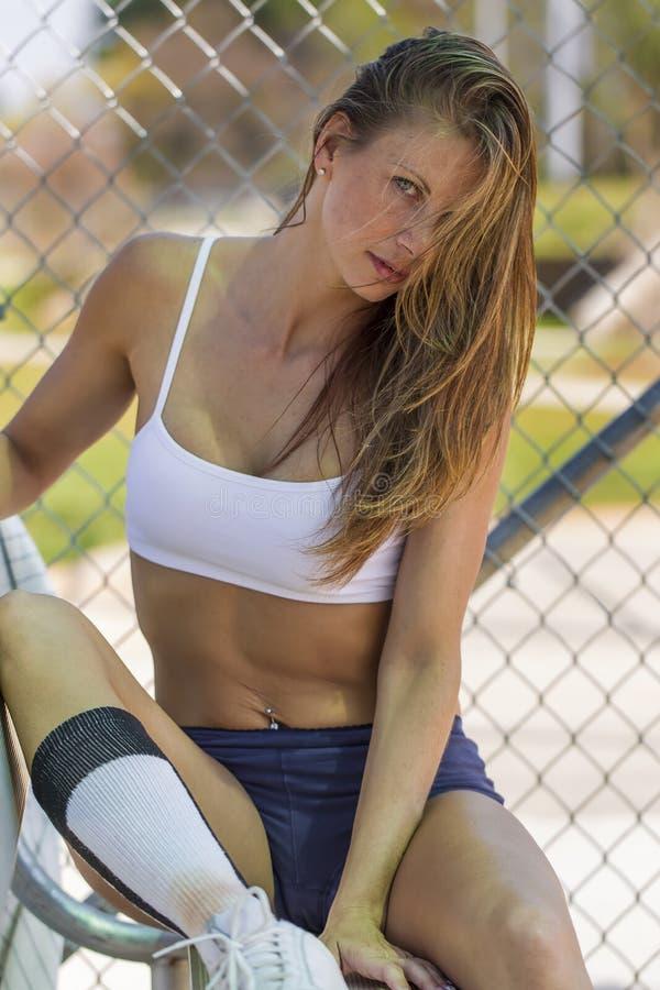 Θηλυκός αθλητής σε μια πιρόγα μπέιζ-μπώλ στοκ φωτογραφία με δικαίωμα ελεύθερης χρήσης