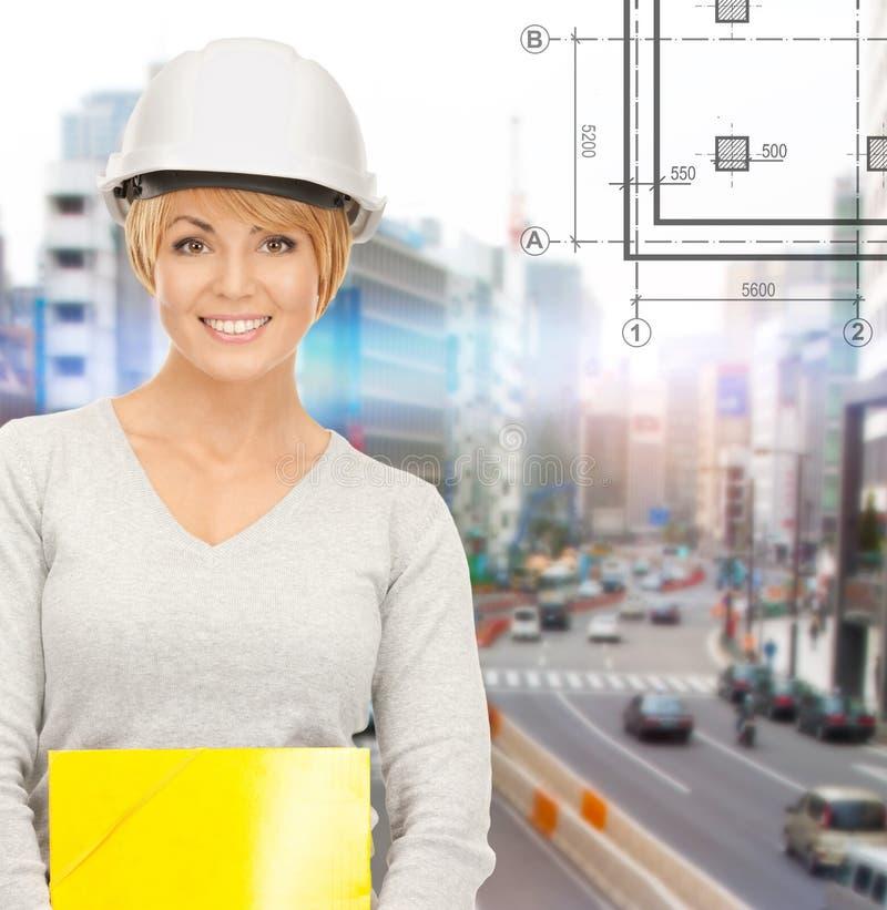 Θηλυκός ανάδοχος στο κράνος με το φάκελλο στοκ φωτογραφία με δικαίωμα ελεύθερης χρήσης