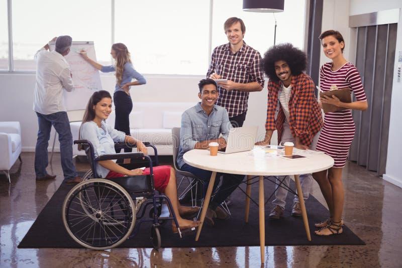 Θηλυκός ανώτερος υπάλληλος αναπηρίας με τους συναδέλφους στο δημιουργικό γραφείο στοκ φωτογραφίες με δικαίωμα ελεύθερης χρήσης