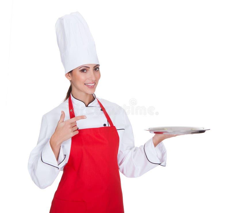 Θηλυκός αρχιμάγειρας που παρουσιάζει το πιάτο στοκ φωτογραφίες με δικαίωμα ελεύθερης χρήσης