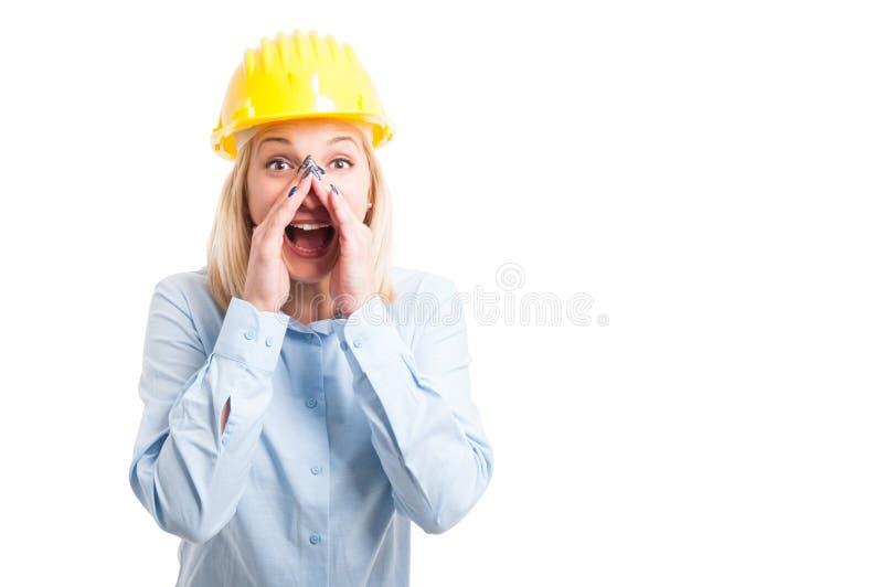 Θηλυκός αρχιτέκτονας πορτρέτου που κάνει να φωνάξει τη χειρονομία στοκ φωτογραφία