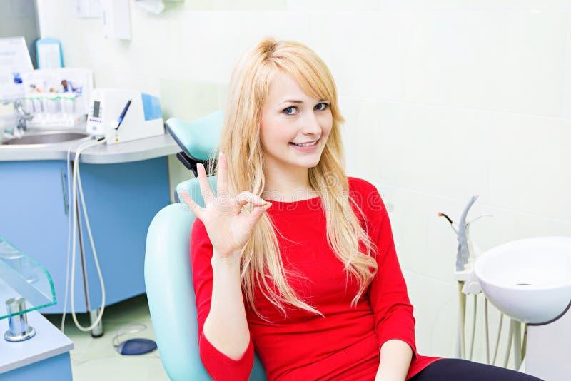 Θηλυκός ασθενής στο γραφείο οδοντιάτρων στοκ φωτογραφία