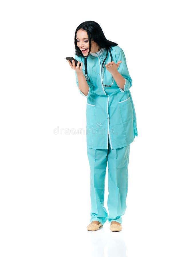 Θηλυκός γιατρός με το τηλέφωνο κυττάρων στοκ εικόνες