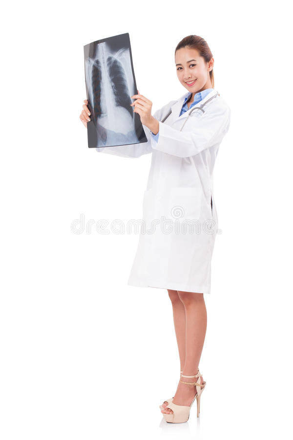 Θηλυκός γιατρός που κρατά την των ακτίνων X εικόνα στοκ εικόνες με δικαίωμα ελεύθερης χρήσης