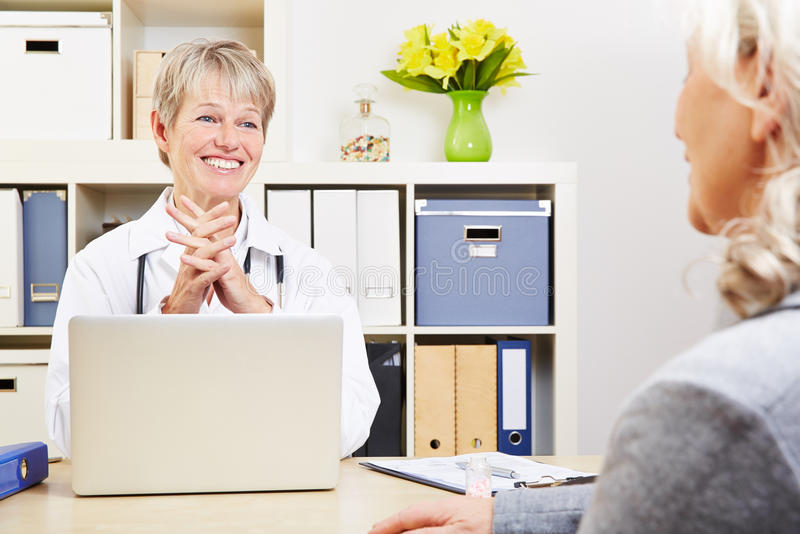 Θηλυκός γιατρός που μιλά με τον πρεσβύτερο στοκ εικόνες με δικαίωμα ελεύθερης χρήσης