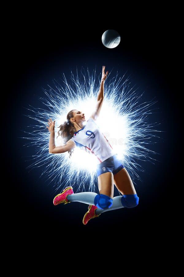 Θηλυκός επαγγελματικός φορέας πετοσφαίρισης στο Μαύρο στοκ εικόνες