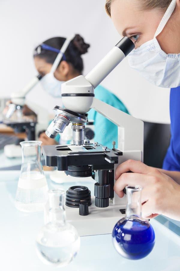 Θηλυκός ερευνητής επιστημόνων γιατρών σε ένα εργαστήριο στοκ εικόνες