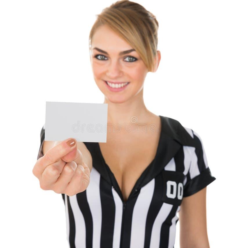 Θηλυκός διαιτητής που παρουσιάζει κάρτα στοκ φωτογραφία