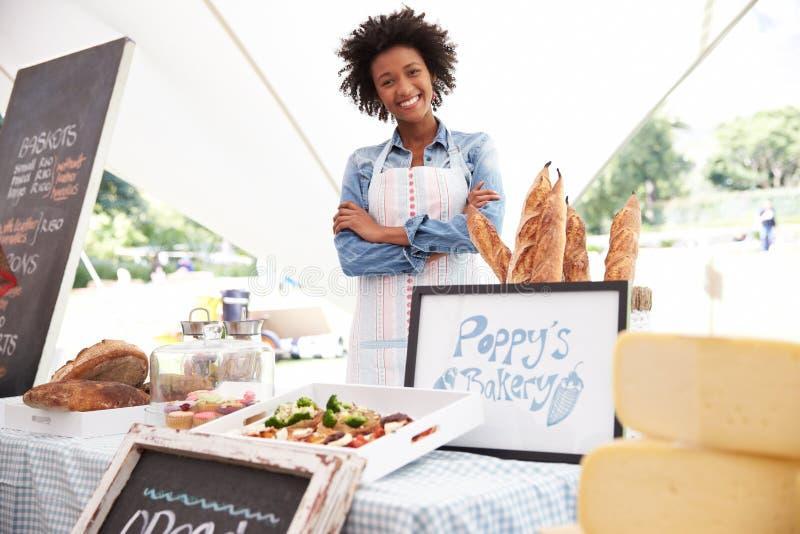 Θηλυκός κάτοχος στάβλων αρτοποιείων στη φρέσκια αγορά τροφίμων αγροτών στοκ φωτογραφίες με δικαίωμα ελεύθερης χρήσης