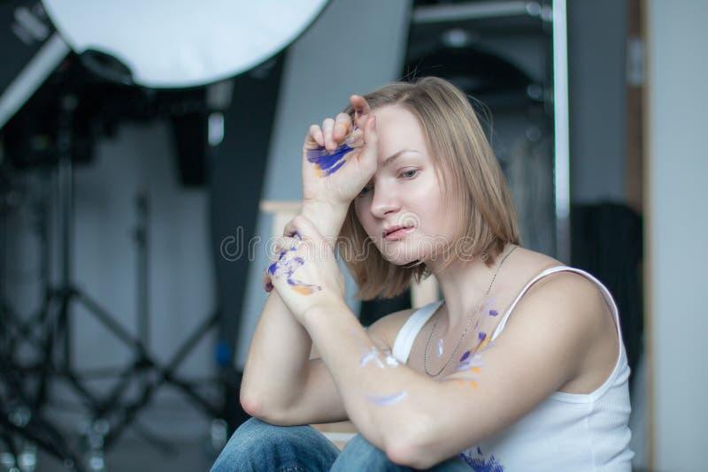 Θηλυκός καλλιτέχνης με την κοντή ξανθή τρίχα στοκ φωτογραφία με δικαίωμα ελεύθερης χρήσης