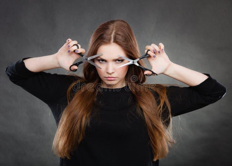 Θηλυκός κουρέας hairstylist με το ψαλίδι στοκ φωτογραφίες