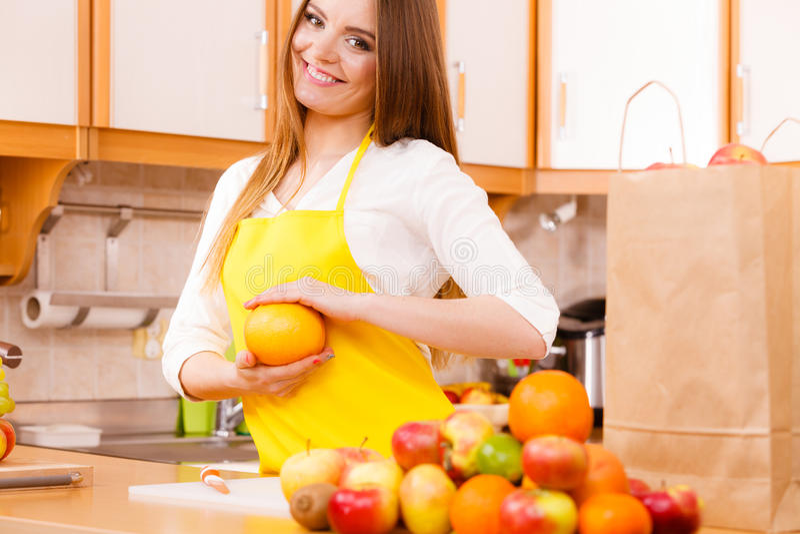 Θηλυκός μάγειρας που εργάζεται στην κουζίνα στοκ φωτογραφία