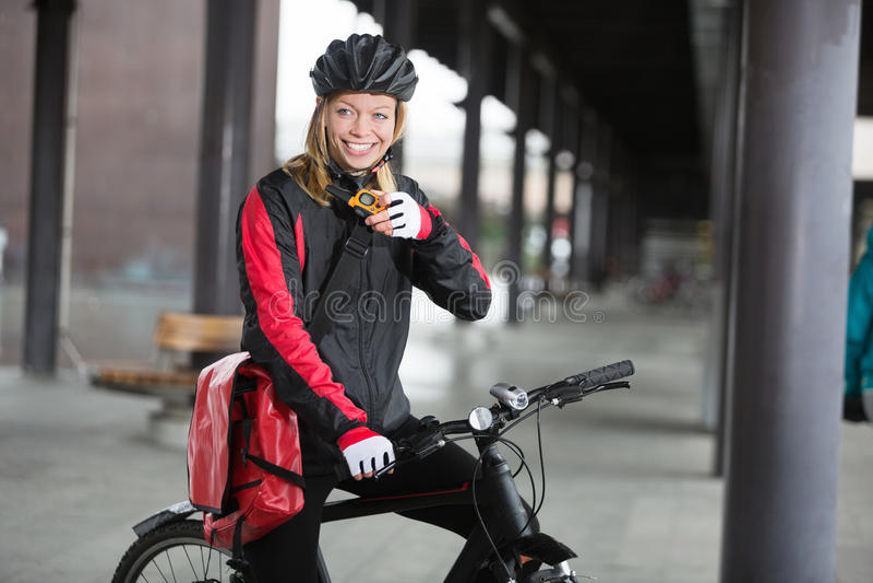 Θηλυκός ποδηλάτης με τη χρησιμοποίηση τσαντών αγγελιαφόρων στοκ εικόνα