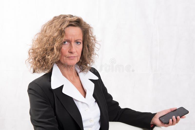 Θηλυκός προϊστάμενος που φαίνεται κρίσιμος στοκ εικόνες με δικαίωμα ελεύθερης χρήσης