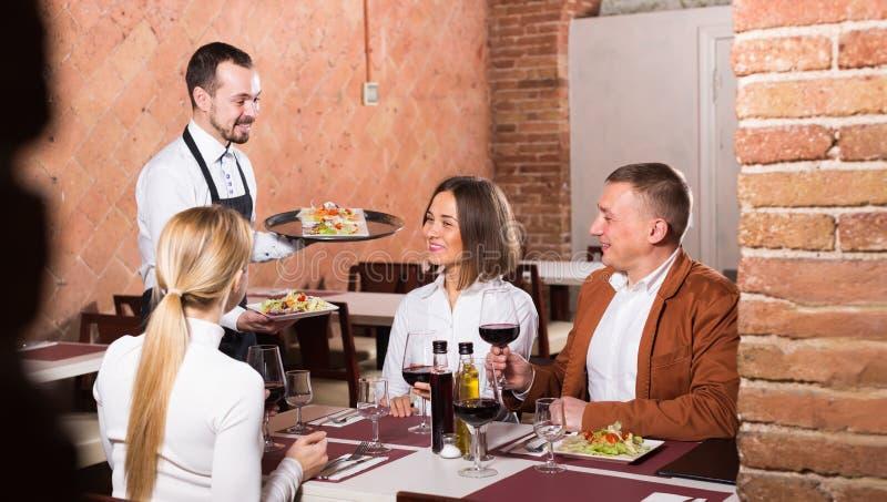 Θηλυκός σερβιτόρος στο εστιατόριο χωρών στοκ εικόνα