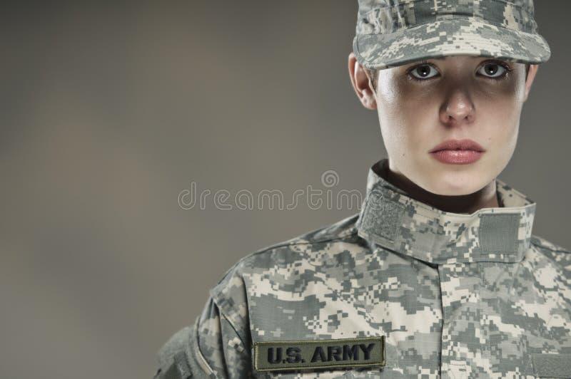 Θηλυκός στρατιώτης αμερικάνικου στρατού στοκ φωτογραφία