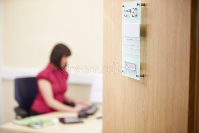 Θηλυκός σύμβουλος που εργάζεται στο γραφείο στην αρχή στοκ φωτογραφία
