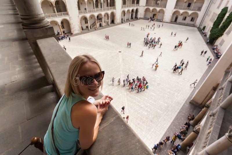 Θηλυκός ταξιδιώτης στο υπόβαθρο Arcades σε Wawel Castle στην Κρακοβία στοκ εικόνες με δικαίωμα ελεύθερης χρήσης