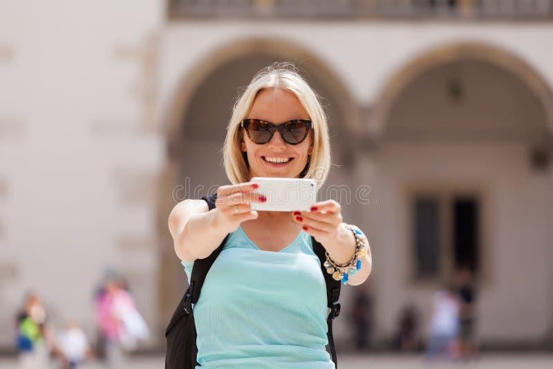 Θηλυκός ταξιδιώτης στο υπόβαθρο Arcades σε Wawel Castle στην Κρακοβία στοκ εικόνα με δικαίωμα ελεύθερης χρήσης