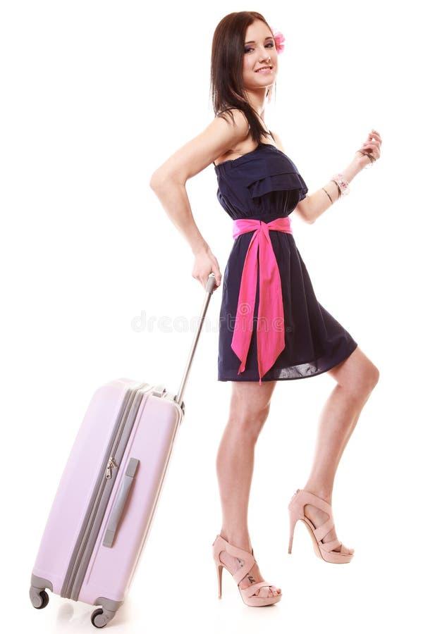 Θηλυκός τουρίστας κοριτσιών στο φόρεμα που περπατά με τη βαλίτσα. Τουρισμός ταξιδιού. στοκ εικόνες με δικαίωμα ελεύθερης χρήσης
