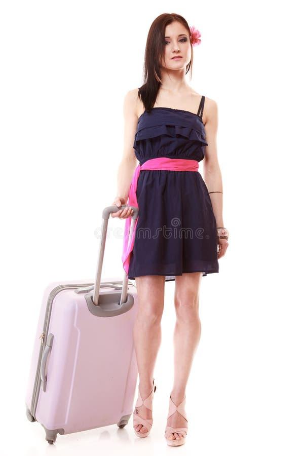 Θηλυκός τουρίστας κοριτσιών Brunette στο φόρεμα με τη βαλίτσα. Τουρισμός ταξιδιού. στοκ φωτογραφία με δικαίωμα ελεύθερης χρήσης