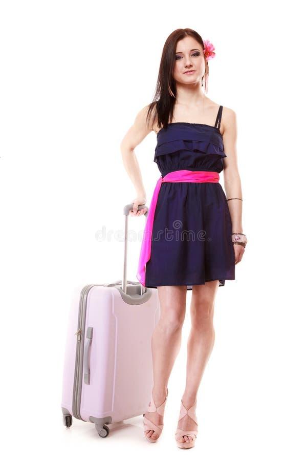 Θηλυκός τουρίστας κοριτσιών Brunette στο φόρεμα με τη βαλίτσα. Τουρισμός ταξιδιού. στοκ εικόνες