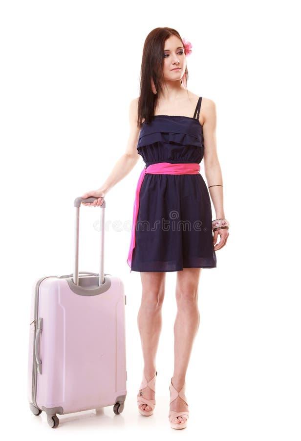 Θηλυκός τουρίστας κοριτσιών Brunette στο φόρεμα με τη βαλίτσα Τουρισμός ταξιδιού στοκ εικόνα με δικαίωμα ελεύθερης χρήσης