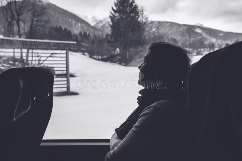 Θηλυκός τουρίστας στο λεωφορείο που οδηγά μέσω του χειμερινού τοπίου στοκ εικόνες με δικαίωμα ελεύθερης χρήσης