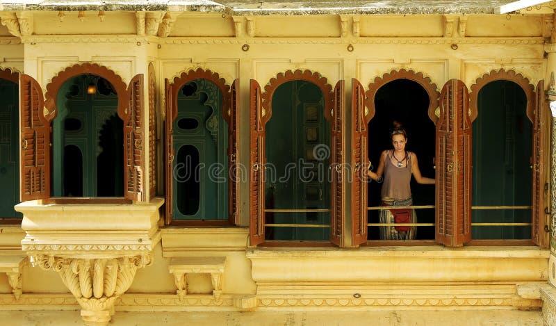 Θηλυκός τουρίστας στο παλάτι Udaipur στοκ φωτογραφία με δικαίωμα ελεύθερης χρήσης