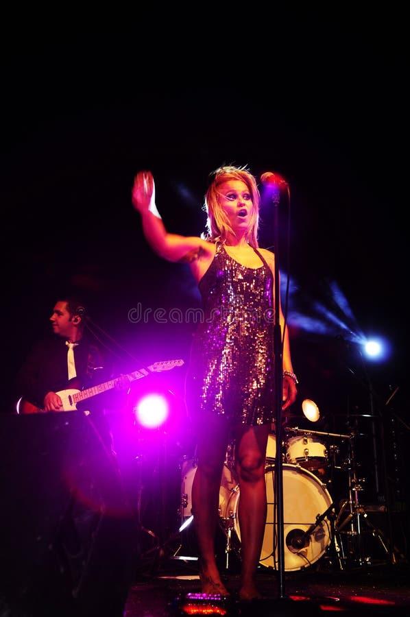 Θηλυκός τραγουδιστής στη σκηνή στοκ εικόνα