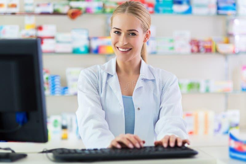 Θηλυκός φαρμακοποιός στοκ φωτογραφία