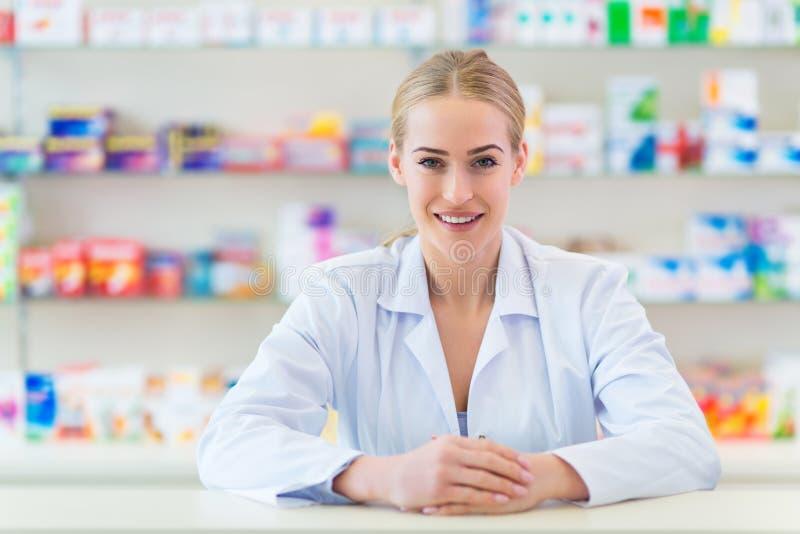 Θηλυκός φαρμακοποιός στοκ φωτογραφίες