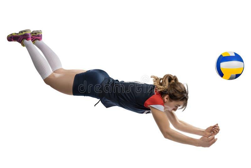 Θηλυκός φορέας πετοσφαίρισης που φθάνει στη σφαίρα στο έδαφος που απομονώνεται στοκ εικόνα με δικαίωμα ελεύθερης χρήσης
