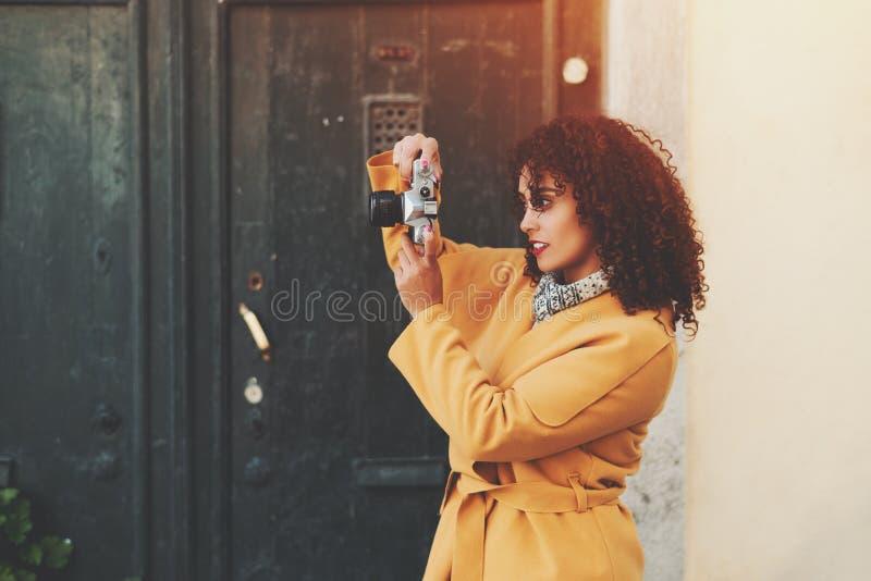 Θηλυκός φωτογράφος με την αναδρομική κάμερα ταινιών στοκ εικόνες