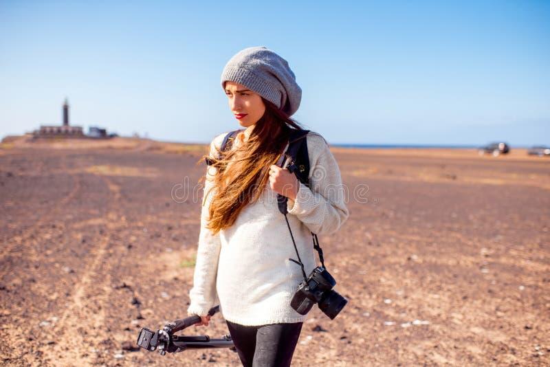 Θηλυκός φωτογράφος που περπατά υπαίθρια στοκ εικόνα