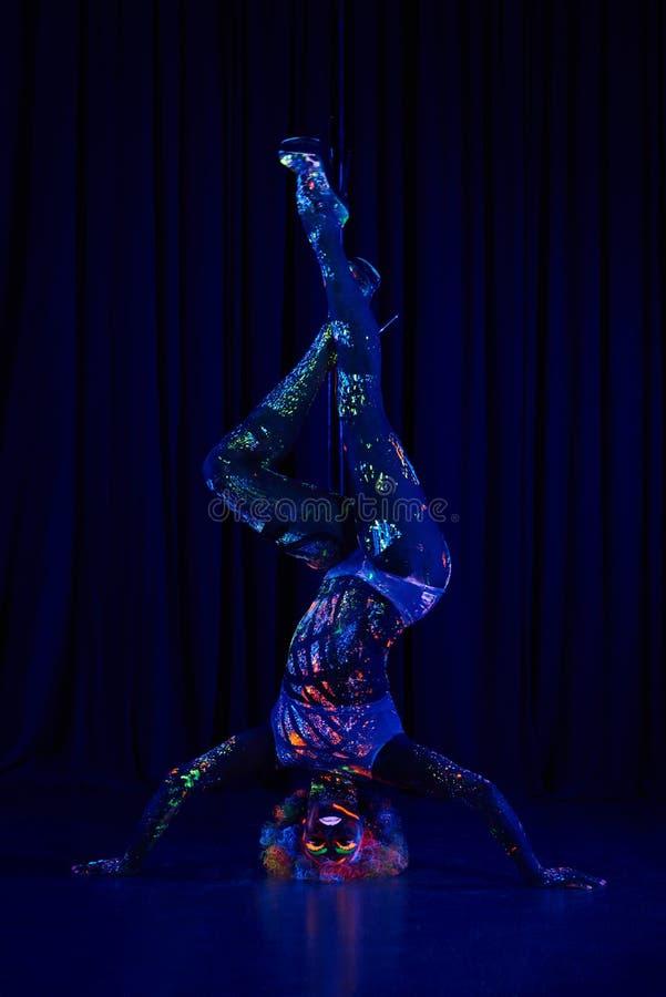 Θηλυκός χορευτής πόλων φωτεινά χρώμα νέου κάτω από την υπεριώδη ακτίνα στοκ φωτογραφία με δικαίωμα ελεύθερης χρήσης