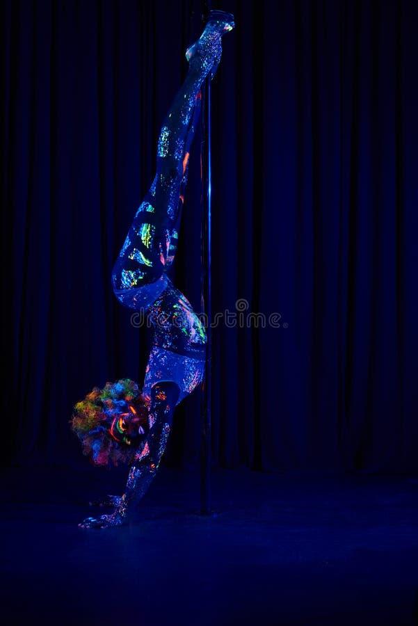 Θηλυκός χορευτής πόλων φωτεινά χρώμα νέου κάτω από την υπεριώδη ακτίνα στοκ εικόνα με δικαίωμα ελεύθερης χρήσης