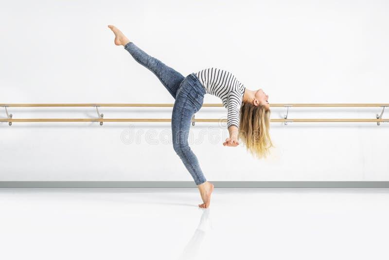 Θηλυκός χορευτής στη δράση στοκ εικόνες