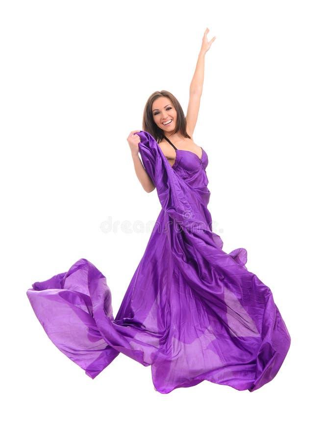 Θηλυκός χορευτής στο πετώντας πορφυρό φόρεμα στοκ εικόνες