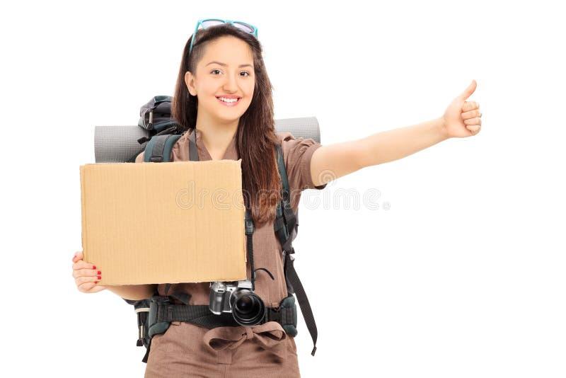 Θηλυκός hitchhiker που κρατά ένα κενό έμβλημα στοκ εικόνα