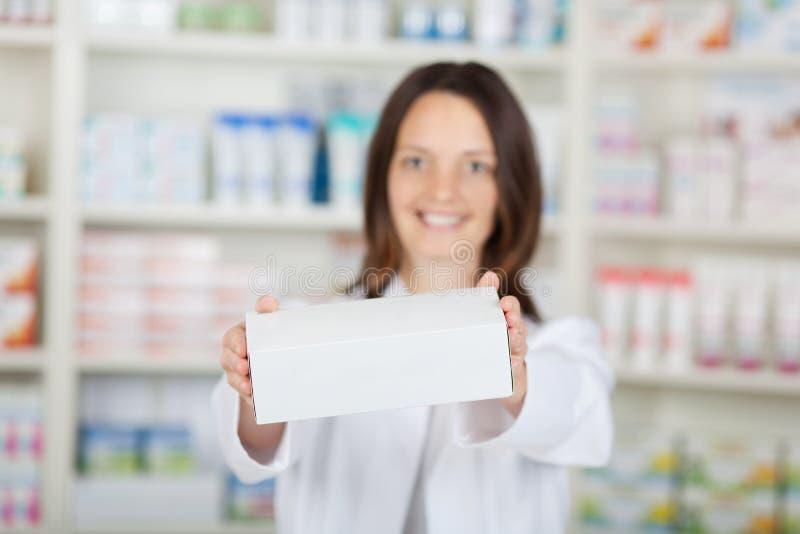 Θηλυκό άσπρο κιβώτιο εκμετάλλευσης φαρμακοποιών στο φαρμακείο στοκ εικόνες