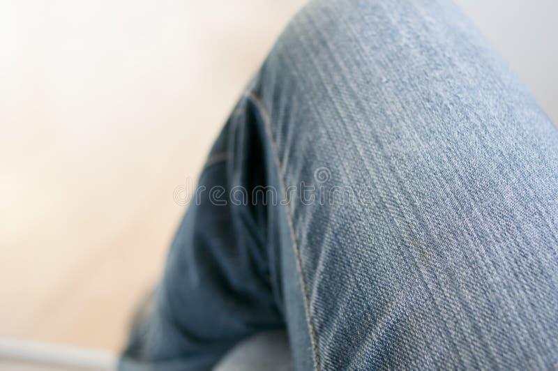 Θηλυκό γόνατο στα τζιν στοκ εικόνες