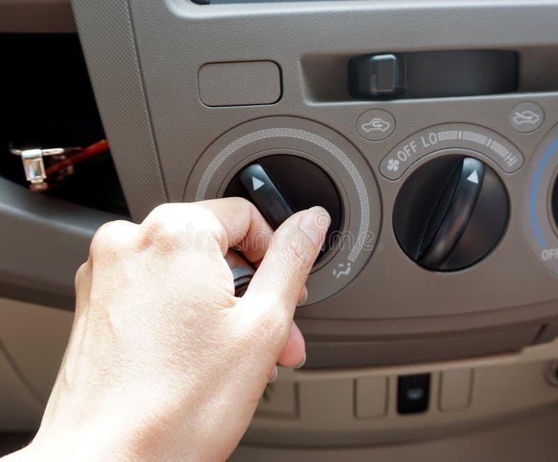 Θηλυκό εξόγκωμα κλιματιστικών μηχανημάτων αυτοκινήτων στροφής οδηγών στοκ φωτογραφίες