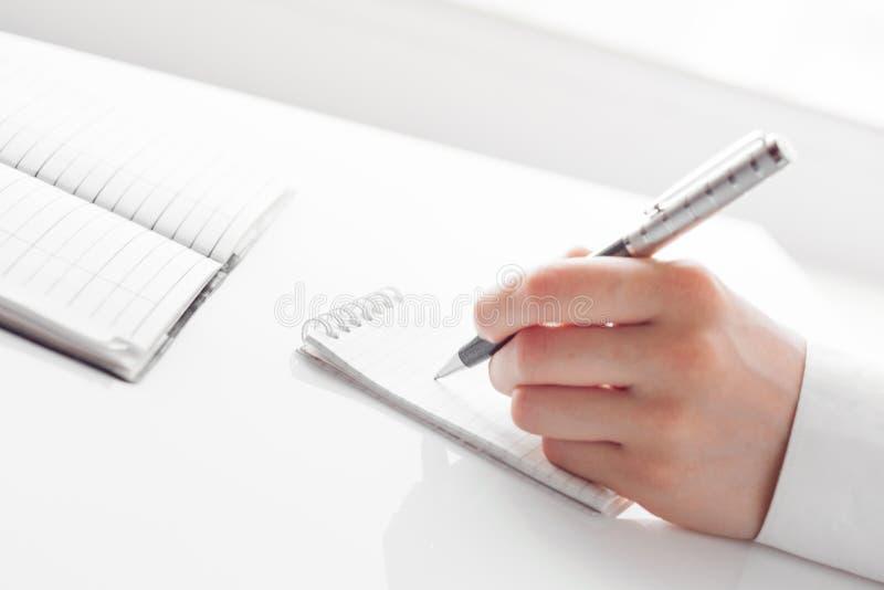 Θηλυκό επιχειρησιακό χέρι με τη μάνδρα στοκ φωτογραφίες με δικαίωμα ελεύθερης χρήσης
