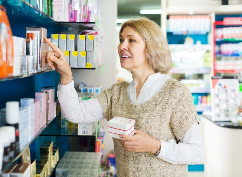 Θηλυκό κοντά στο μετρητή στο φαρμακείο στοκ φωτογραφία με δικαίωμα ελεύθερης χρήσης