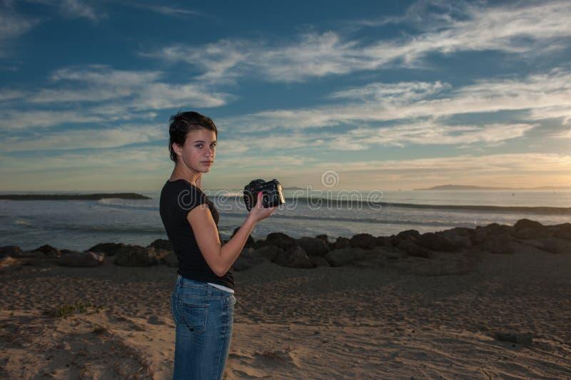 Θηλυκό κορίτσι στη σκηνή στην παραλία στο ηλιοβασίλεμα στοκ εικόνες