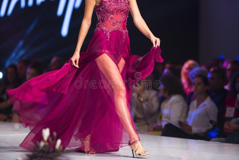 Θηλυκό κόκκινο φόρεμα εβδομάδας μόδας της Sofia στοκ εικόνες