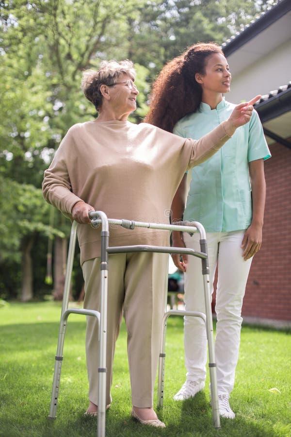 Θηλυκό με το περπάτημα zimmer στοκ εικόνες με δικαίωμα ελεύθερης χρήσης